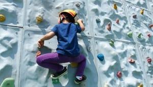 壁を登る子供
